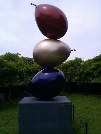 Chez Simone: une oeuvre d'art dans le parc