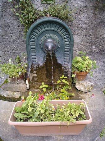 Chez Simone: petite fontaine en descendant la petite rue