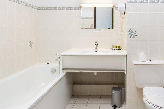 Prefailles, France: salle de bain chambre confort