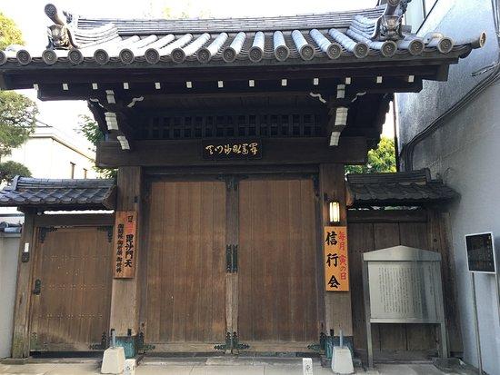 Honsho-ji Temple : 山門の感じ
