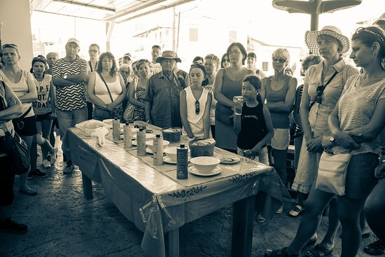 To Vouno: presentation to the olive oil factory