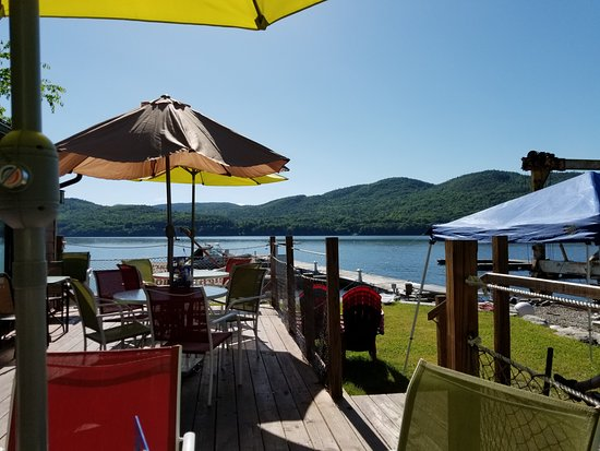 Willsboro, État de New York : Dining on Indian Bay deck