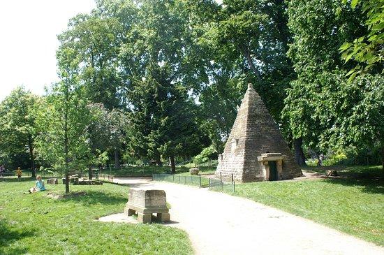 La Pyramide du Parc Monceau