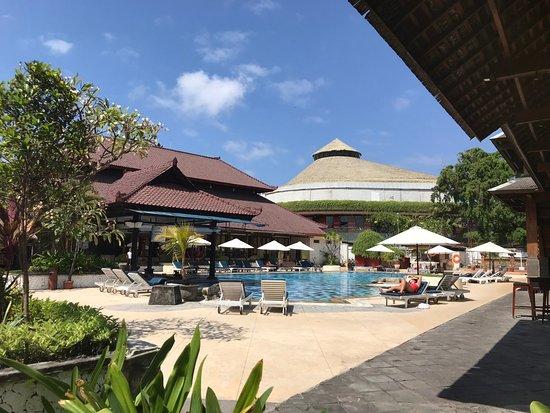 Grand Istana Rama Hotel Bali: Pool area and swim up bar
