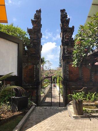 Grand Istana Rama Hotel Bali: Entrance from the street
