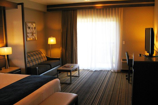 Oxford Suites Downtown Spokane : A very large, generally well-appointed guest suite.