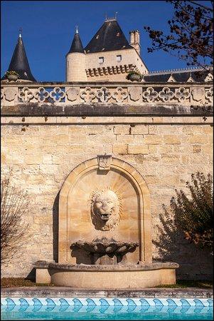 Chateau de La Riviere: Fontaine de la piscine du Château de La Rivière