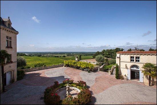 Chateau de La Riviere: La cour d'honneur vue depuis la terrasse du Château de La Rivière