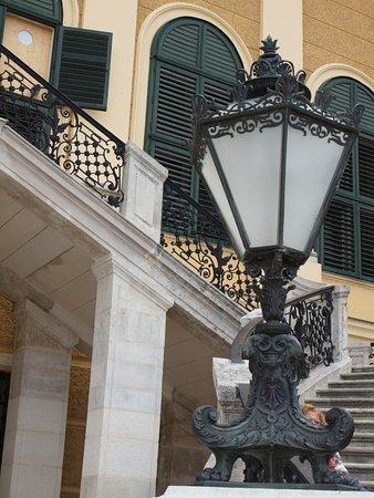 พระราชวังเชินบรุนน์: Lampione della scalinata