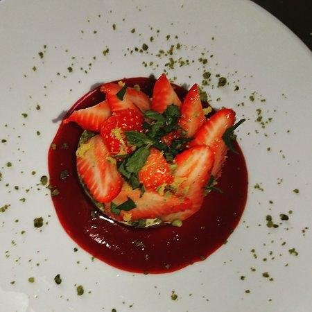 Bistrot des Barrières : Sablé breton fraises crème mascarpone caramel pistaches zestes d'oranges et menthe ciselée. Une