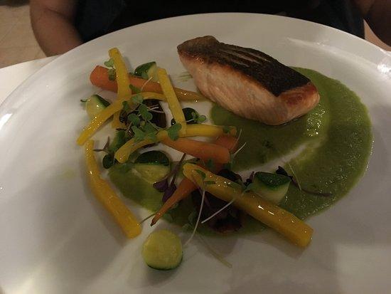 Ristorante Letizia Gourmet: salmone norvegese scottato, vellutata di cicoria, verdure di stagione e polvere di olive taggias