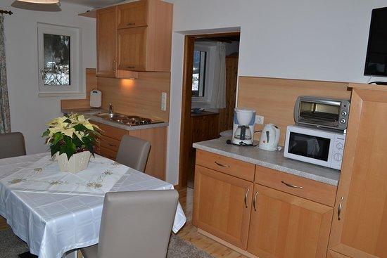 Faistenau, Austria: Küche mit Eßbereich im Appartement