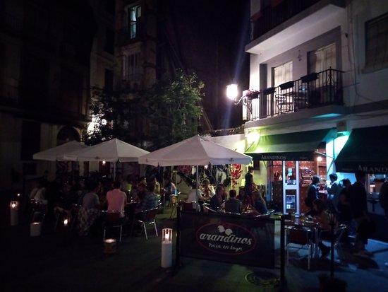 Arandinos Tapas Valencia: terraza de noche