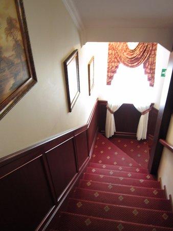 Hotel Batory: Путь в номер для пенсионеров с багажом