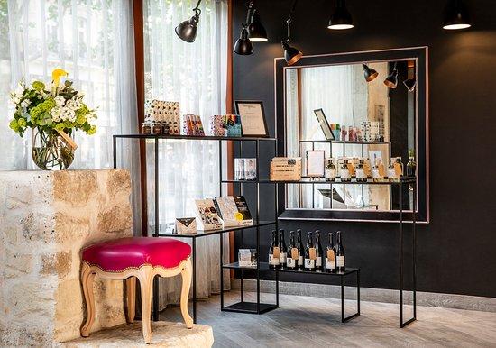 Hôtel Marais Grands Boulevards: Boutique souvenirs / Souvenir shop