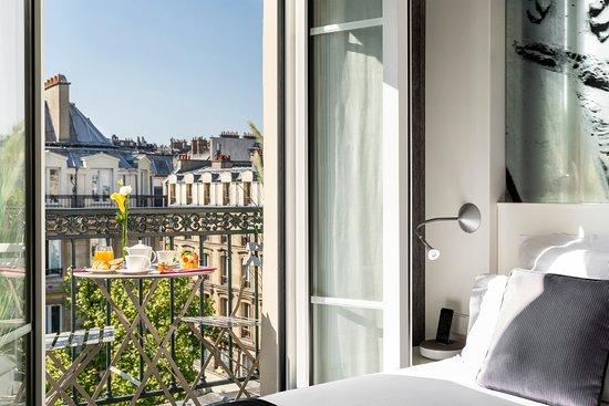 Hôtel Marais Grands Boulevards: Chambre Classique balcon / Balcony bedroom