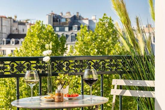 Hôtel Marais Grands Boulevards: Vue de nos chambres avec balcon / Our balcony bedroom's view
