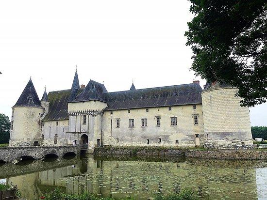 Ecuille, France: Une forteresse sortie des eaux mais un logis charmant