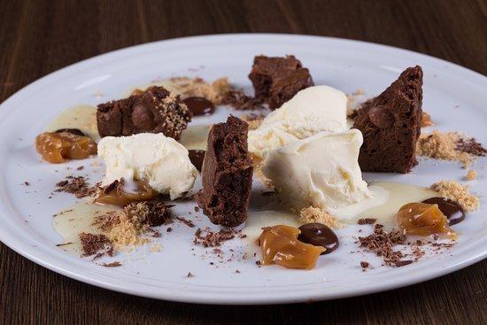 Restaurante Rayz: Laricão - Brownie, milk jam, chocolate syrup, chocolate chips, condensed milk and vanilla ice cr