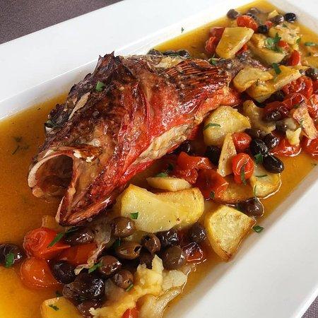 Sale e Peppe: pesce al forno con patate, olive e pomodorini