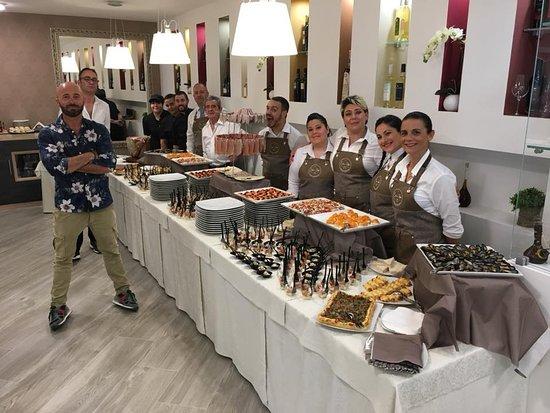Sale e Peppe: lo staff ed il buffet il giorno dell'inaugurazione