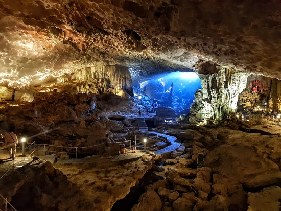 Halong Bay: Sung Sot Cave