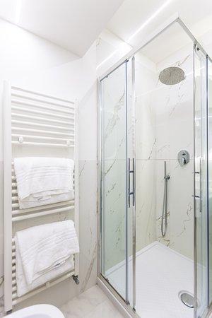 Cuneo Hotel: Bagno Deluxe con set di cortesia, shampoo, bagno schiuma e set asciugamani