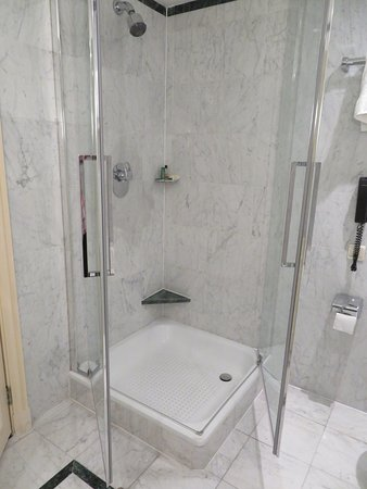 Hilton Brussels Grand Place: View of shower with glass doors opened. Hard to avoid leaking water on floor.