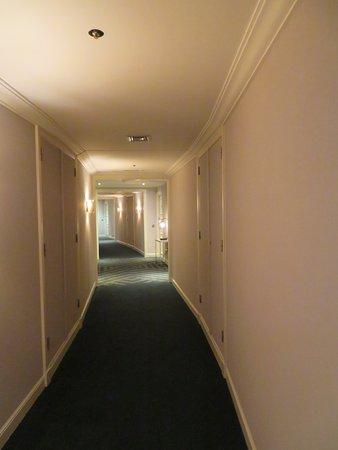 Hilton Brussels Grand Place: Fourth floor hallway.
