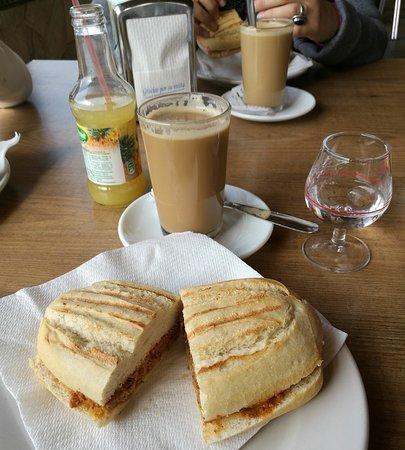 Restaurante Los Caballos : Desayuno de café con pitufo de lomo en manteca