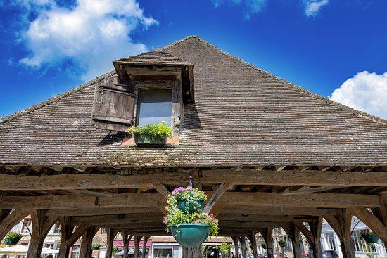 La Place de la Halle: Lyons-la-Forêt