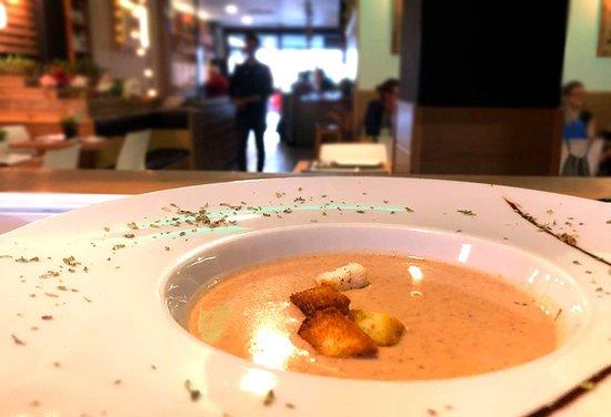 Crema fina de legumbres del menú diario en el restaurante Monty's de Madrid