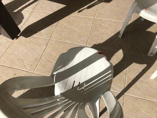 Hotel Fazenda Monte Castelo: Cadeira quebrada