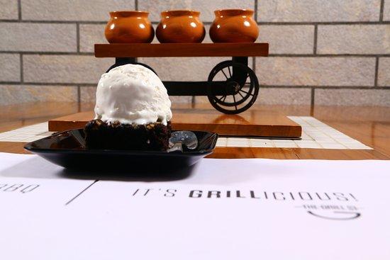 TheGrillStreet: Brownie With Ice Cream