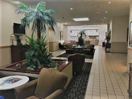 Ramada by Wyndham Owensboro: Hotel Lobby looking toward Dining Area