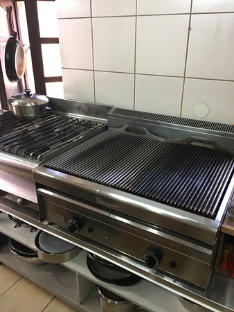 Skouna Beach Bar and Cafe: Ultra clean grill