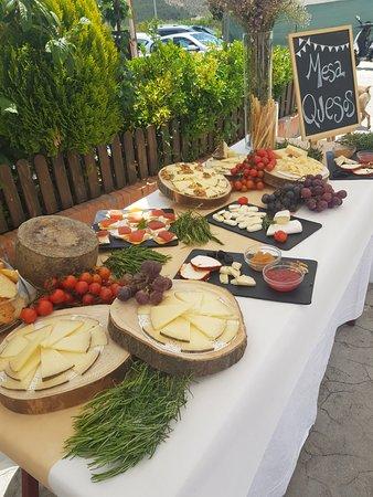 TURISMO RURAL DON FADRIQUE: Mesa de quesos . Aperitivo en la calle