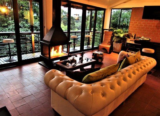 Hotel Bambu Inn: Lobby, chimenea.