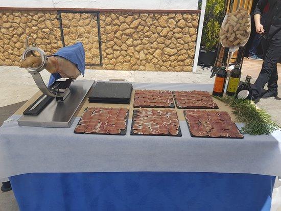 TURISMO RURAL DON FADRIQUE: Mesa de jamón. Aperitivo en el exterior