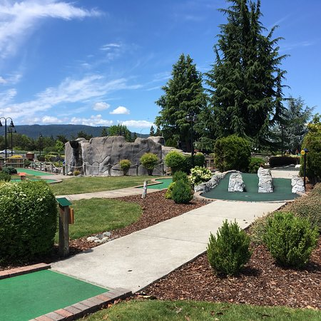 Rogue Valley Family Fun Center: Played miniature golf