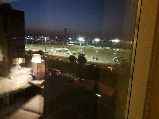 Hilton Paris Charles de Gaulle Airport: vue de la chambre sur les pistes de l'aéroport. C cool pour voir les avions décolés. Aucun bruit