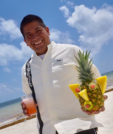 Moon Palace Cancun : Mauricio with a fantastic drinks