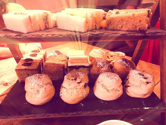 Brook, UK: Incredible sandwiches, scones and cakes