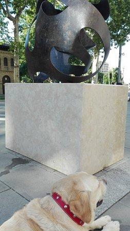 Gran Vía: Escultura y labrador.