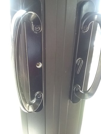 Shoreline Inn & Conference Center, an Ascend Hotel Collection Member: broken and missing door knobs