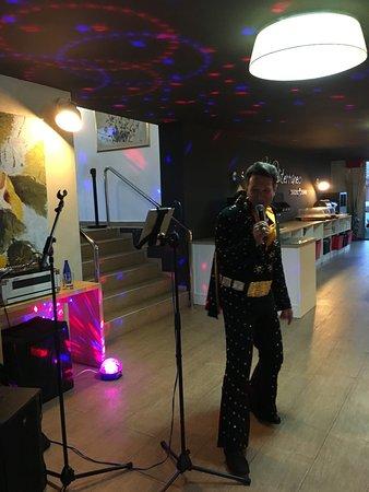 Aparthotel Ona Aucanada : Elvis impersonator show