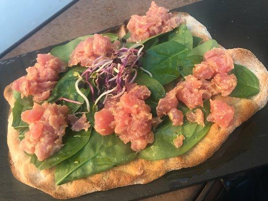 Hostaria Scaccomatto dal 1979: Pinsa con tartare di salmone e spinacio fresco