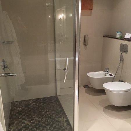Park Regis Kris Kin Hotel: Belle suite au 6 eme étage