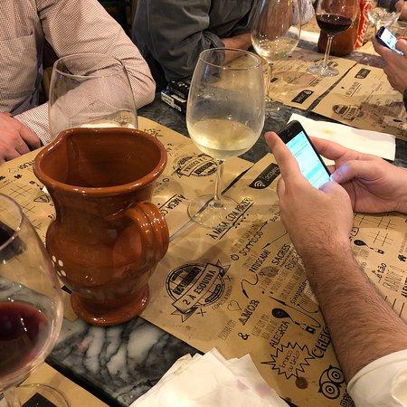 Taberna 2 à Esquina: Um simples copo de sangria que é delicioso. Único e doce! Aconselho a experiência e a repetir. A