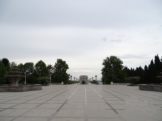 Ganja Heydar Aliyev Park: Centrak view from front of palace to Triumfial Arc.